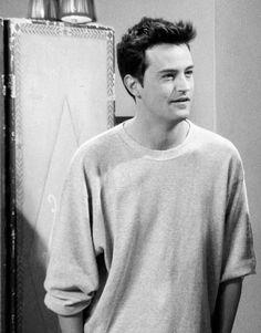 2ba67e93 I looove Mathew Perry!❤ ^.^ Chandler Friends, Chandler Smile, Matthew