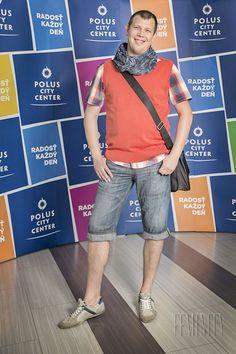 Matej a jeho premena: Na bežný deň mladého muža je najvhodnejšia ľanová košeľa, ktorá môže byť elegantná aj športová zároveň. Je dôležité nezabúdať, že pánsky outfit robia zaujímavým rôzne doplnky akými sú opasky, tašky, šatky, okuliare či hodinky.  Kvalitný výber nájdete práve v predajni s.Oliver v Poluse. Takže smelo do toho!