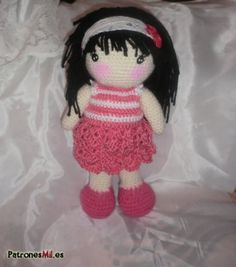Bonita y dulce muñeca amigurumi de pelo negro, con patrón gratis y en español.