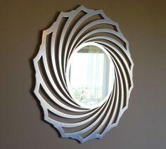 Зеркало в круглой раме.