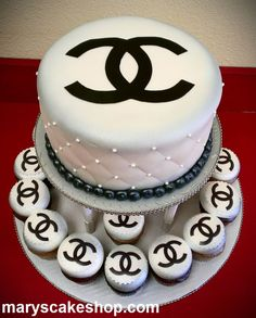 chanel cake and cupcakes Chanel Cake, Chanel Party, Chanel Cupcakes, Coco Chanel, Chanel Wedding, Pretty Cakes, Beautiful Cakes, Amazing Cakes, Fashion Cakes