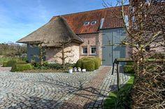 Te koop - Villa 4 slaapkamer(s)  - bewoonbare oppervlakte: 318 m2  - Deze recent gebouwde villa is gelegen op een rustige locatie doch nabij de dorpskern van Oostmalle. De villa is omgeven door een schitterend aange  - beveiligde toegang (alarm) - bouwjaar: 2002-01-01 00:00:00.0 - dubbel glas 1 bad(en) -   4 gevel(s) -   - met zwembad - oppervlakte terras: 75 m2