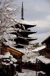 Snow in five-storied pagoda of Houkan-ji Temple (Yasaka pagoda), Kyoto, Japan Japanese Love, Japanese Art, Kyoto Japan, Tokyo Japan, Japan Country, Japan Architecture, Art Asiatique, Japanese Garden Design, Future Travel