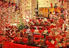 """""""Tsurushi-bina""""(hanging hina dolls) displayed at a hot-spring resort on the Izu Peninsula. Each handmade doll carries families' wishes for the happiness of their daughters. (Photo courtesy of Inatori Association of Sightseeing)"""