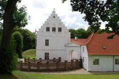 Nørre Vosborg Slot og Herregård 19 km vest for Holstebro.