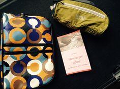 """Kofferpacken und Gewicht sparen ist das """"A"""" und """"O"""", erst recht für den USA-Urlaub, Links sehen wir eine schöne Kosmetik/Kulturtasche. Sie wiegt 222g. Rechts sehen wir eine ultraleichte Tasche mit nur 58g! Spart Gewicht, durch gute Taschen und weniger """"Krims Krams"""". Ihr wollt mehr wissen? Jetzt """"Hamburger safari Tipps & Tricks für deine 1. USA Reise"""" bestellen. Das Buch für den #USA Fan! #reise #urlaub #amerika #autorenleben"""