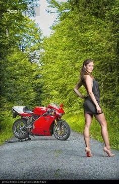 Fotograf Ducati 996 R Girl von auf Motorbike Girl, Motorcycle Outfit, Classic Motorcycle, Motorcycle Girls, Motorcycle Accessories, Ducati 998, Biker Girl, Dressed To Kill, Car Girls