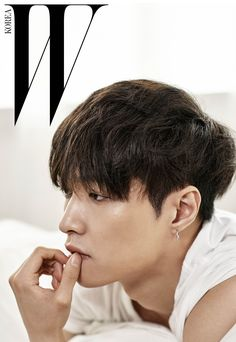 EXO Lay for W Korea magazine EXOclusive issue 흰색 티셔츠는 Alexander Wang 제품. 귀고리는 레이 소장품.