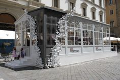 Sandra Bauknecht: While being in Florence, I was able to explore the new Pop Up Greenhouse by RED Valentino which will officially opens its doors today at Piazza Strozzi. Dior Store, Container Conversions, Small White Flowers, Visual Display, Pop Up Shops, Cafe Design, Visual Merchandising, Installation Art, Home Deco