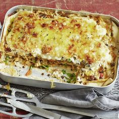 Hausgemachte Pasta, Wirsing, würziger Gouda, feine Beluga-Linsen und cremige Béchamel - diese Lasagne ist ganz klar mehr als ein vollwertiger Ersatz d...