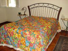 Colcha de retalhos tamanho King-size. Modelo Orquídea confeccionada em algodão crú e retalhos em chitão (100% algodão), com estampas seguindo padrão em diagonal. Por ser um produto artesanal, poderá ocorrer variação nas cores e nas estampas do chitão. Acompanha duas capas de travesseirões. Pode ser confeccionada em outros tamanhos. Ref. 004.1 - King-Size (2,60 x 2,80) R$ 400,00 Ref. 004.2 - Queen (2,40 x 2,60) R$ 380,00 Ref. 004.3 - Casal (2,20 x 2,40) R$ 360,00 Ref. 004.4 - Solteiro (1,80 x…
