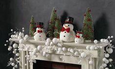 Ideas para decorar chimeneas en Navidad: Blanco, verde y rojo es la combinacion perfecta en esta chiminea. Puedes conseguir el mismo efecto usando como base esos colores con predominancia del blanco que representa a la nieve.Melara
