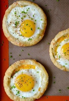 Что приготовить из слоеного теста: 14 быстрых и вкусных рецептов - KitchenMag.ru