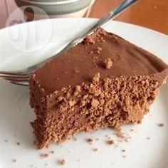 Torta trufada de chocolate deliciosa @ allrecipes.com.br - Essa torta saborosa é perfeita para ser servida quando se tem convidados. Além de deliciosa, impressiona e é rápida de fazer! Embora o preparo leve apenas alguns minutos, deixe a torta gelar por 8 horas, no mínimo.