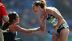 """""""Quando eu caí, eu pensei: 'o que está acontecendo, por que eu estou no chão?' e, de repente, havia uma mão no meu ombro como se dissesse: 'levante, levante, nós temos que terminar isso'"""", disse a  neozelandesa. """"Eu sou muito grata à Abbey por ter feito aquilo por mim. Aquela menina mostrou o espírito olímpico aqui... Eu estou impressionada e inspirada pelo que ela fez por mim. Eu nunca tinha sido apresentada a ela ... nunca a tinha visto ... antes.""""  Foto: Patrick Smith / Staff / Getty…"""