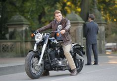 captain america (chris evans in the avengers :D and he drives a motorcycle Captain America Motorcycle, Captain America Costume, Chris Evans Captain America, Steven Grant Rogers, Steve Rogers, Harley Street 750, Loki, Capitan America Chris Evans, Captain Rogers