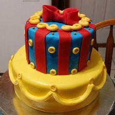 [OC] Snow White inspired birthday cake. Chocolate and vanilla covered in buttercream and fondant. http://ift.tt/2dJTNF9