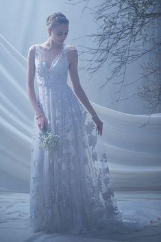 イギリスに咲く花々を刺繍したチュールのドレスで、大人っぽくも可愛くも着こなせます。Vネックが顔周りをすっきりと見せてくれます。