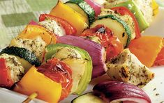 Grilled Pesto Chicken Kebabs- A mouthwatering blend of basil pesto, fresh garden veggies and juicy chicken, grilled to perfection for a healthy, dirt cheap meal. RECIPES IDEAS ON A BUDGET Honey Chicken Kabobs, Grilled Pesto Chicken, Chicken Kabob Recipes, Chicken Steak, Kebab Recipes, Jerk Chicken, Boneless Chicken, Diet Recipes, Cooking Recipes