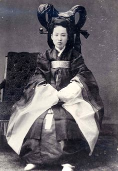 Hanbok - Studio portrait of aristocratic lady, thought by some scholars to be Queen Min (Queen Min's photographic likeness has yet to be positively confirmed) c.1890