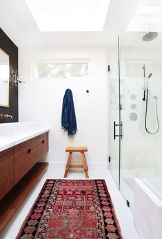 Home+Tour:+A+Hip+Couple's+Fresh+California+Bungalow+via+ // Amber interiors // Bohemian Bathroom, Interior, Small Bathroom Storage, Amber Interiors, Home Decor, Small Bathroom, Amazing Bathrooms, Bathroom Rugs, Bathroom Design