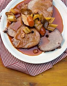 Un peu de planification, une bonne pièce de viande et plus rien ne s'oppose à un rôti du dimanche comme chez grand-maman. Ce rôti repose pendant trois jours dans une marinade de vin, de vinaigre et d'épices, ce qui le rend merveilleusement tendre et juteux. Valeur Nutritive, C'est Bon, Pancakes, Plus Rien, Breakfast, Food, Marinated Beef, Tomato Paste, Recipes For Dinner