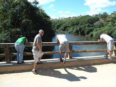 Ponte Cristal sobre o Rio Cipó em Fechados, na Serra do Cipó, estado de Minas Gerais, Brasil.  Fotografia: https://fechados.wordpress.com