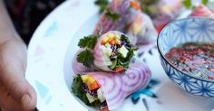 Godaste och vackraste inslaget på en läcker buffé! Färska vårrullar som fylls med massor av goda grönsaker och frukt. Servera med en riktigt god dippsås på lime, fisksås och chili.
