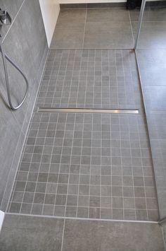 Bodenebene Dusche mit Mosaik Villeroy & Boch Upper Side in Kombination mit Bodenfliesen 60x60 cm. http://www.fliesenrabatte.de/villeroy-boch-upper-side-mosaik-30x30-anthrazit-2114-ci90-5.html