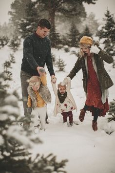 5 Tips for Winter Family Photos Family Photos What To Wear, Family Photos With Baby, Outdoor Family Photos, Family Picture Poses, Family Picture Outfits, Family Posing, Family Pics, Winter Family Pictures, Winter Pictures