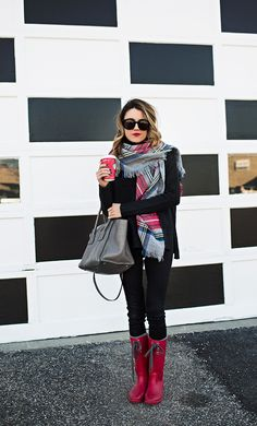 A tartan scarf is one of the must-have accessories for this season, so today we would like to show you how you can style it. Hello Fashion Blog, Fall Winter Outfits, Autumn Winter Fashion, Black Coated Jeans, Rain Boots Fashion, Lace Burgundy Dress, Winter Stil, Tartan Scarf, Street Style Women