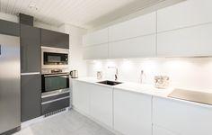 House2 keittiö - kitchen Ovi: Fino passion Basalt/Viola puhdas valkea Taso: Valkoinen komposiitti