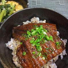 こんばんのおかずはあと、わかめと豆腐•玉ねぎの味噌汁でした。 - 14件のもぐもぐ - 十六穀米鰻丼、小松菜とまる天の煮浸し by chimuchimrpF