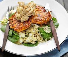 Det gröna köket bjuder på massor av läckerheter, som till exempel det här receptet på färgglada sesam- och morotsbiffar. För att lyfta smakerna i biffarna ytterligare serveras en hemmagjord hummus och couscoussallad med bladspenat och smulad fetaost till. Raw Food Recipes, Vegetarian Recipes, Healthy Recipes, Healthy Food, Hummus, Go Veggie, Party Food And Drinks, Happy Foods, Food Design