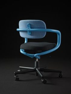 When developing the Vitra Allstar Office Chair, German designer Konstantin Grcic wanted to provide office workers with a relaxed home-like feel and sense of familiarity. Office Table Design, Office Furniture Design, Chair Design, Swivel Office Chair, Office Chairs, Ergonomic Chair, Cool Chairs, Modern Chairs, Industrial Design