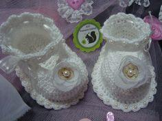 Zapatitos tejido a crochet y perlas. Talle: 3/6 meses. Aio Vestuario Infantil