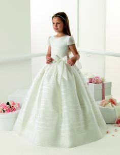 Pesquisando sobre damas de honra e pajens na internet, acabei encontrando alguns lindos modelinhos de vestidos daRosa Clará First. Para quem não conhece (assim como eu desconhecia), a famosa grife...