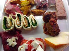 Tapas bestående af dadler med bacon, oksekødsboller i tomatsauce, ovn kartofler i paprika og timian, hjemmerørt chilimayonnaise, hjemmebagt ...