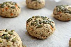 På mandag starter skolen igjen og det er tilbake til hverdagen. Derfor vil jeg dele denne oppskriften på sunne og gode rundstykker med dere. Disse er saftige, grove rundstykker med gulrot og gresskarkjerner, supre til frokost, lunsj eller niste på skole og jobb. Saftige rundstykker med gresskarkjerner: 16 stk 1 gulrot, revet 1/2 eple, revet … Muffin, Kitchens, Baking, Breakfast, Morning Coffee, Bakken, Muffins, Kitchen, Cuisine