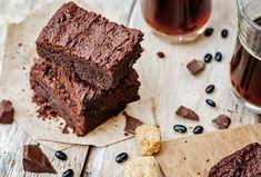 Healthier 4 ingredient vegan brownie recipe made just for you! Brownies Caramel, Chocolate Fudge Brownies, Brownie Low Carb, Vegan Brownie, Dessert Simple, National Brownie Day, Baking Logo, How To Make Brownies, Black Bean Brownies