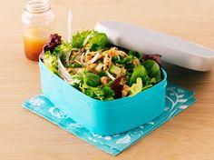 Gemischter Blattsalat mit Gurke und Lachs | Zeit: 25 Min. | http://eatsmarter.de/rezepte/gemischter-blattsalat-mit-gurke-und-lachs