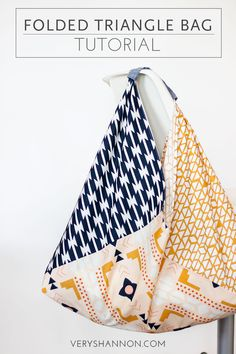 bag Learn how to sew a fun folded triangle bag using only 3 fat quarters of fabric with the free tutorial below! Easy Sewing Projects, Sewing Projects For Beginners, Sewing Hacks, Sewing Tutorials, Sewing Tips, Bag Tutorials, Bags Sewing, Tutorial Sewing, Fat Quarters