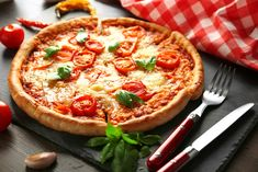 Pizza s rajčaty a mozzarellou (Pizza Margarita) – COOP Club Mozzarella, Margarita, Vegetable Pizza, Quiche, Club, News, Wood Oven, Ovens, Veggies