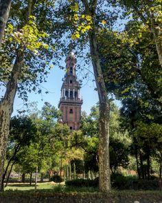 Vista de la Torre Sur de la Plaza de España de Sevilla desde el Parque de María Luisa