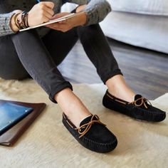 The perfect recipe for fall: comfy slippers and handwritten notes. http://www.ugg-au.com/  #fashion  #fashiontips #tips