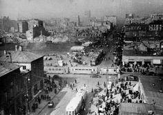 Skrzyżowanie ul. Marszałkowskiej z Al. Jerozolimskimi, ok. 1946 r. Warszawa. Na zgliszczach ścisłego Śródmieścia (po lewej stronie, na drugim planie) za pięć lat rozpocznie się budowa Pałacu Kultury i Nauki, a ul. Marszałkowska zostanie znacznie poszerzona, czego skutkiem będzie wyburzenie ocalałej zachodniej pierzei ulicy, w tym widocznej na zdjęciu po lewej stronie, willi Henryka Marconiego. Fot. NN, źródło: udostępnił Michał Jankowski.