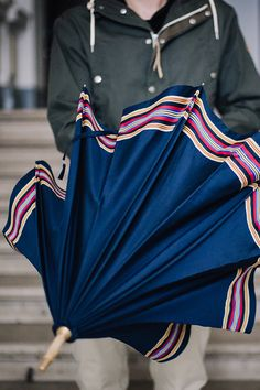 Dieser robuste und elegante blaue Regenschirm mit durchgehendem Stock aus Eschenholz wird in reiner Handarbeit in einer traditionsreichen Manufaktur in der Salzburger Getreidegasse hergestellt.