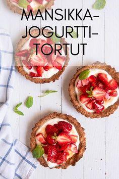 Gluteenittomat, helpot mansikkatortut täytetään kreikkalaisella jogurtilla, yrteillä ja tuoreilla mansikoilla. #kesäruokaa #mansikkaresepti #mansikkapiirakka #gluteenitonleivonta