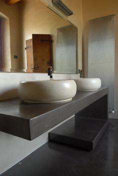 Rivestimento pareti del bagno in resina spatolata colore prugna ...