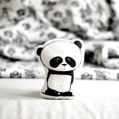Oreiller animal avec ours PANDA peluche coussin Mini oreiller oreiller décoratif pépinière décor illustré coussin style scandinave noir blanc par ZazoMini sur Etsy https://www.etsy.com/fr/listing/471636463/oreiller-animal-avec-ours-panda-peluche